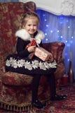 Радостный ребенок с подарком около рождественской елки Стоковые Фотографии RF