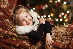 Радостный ребенок с подарком около рождественской елки Стоковые Фото