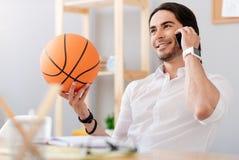Радостный усмехаясь человек держа шарик корзины Стоковое Фото