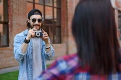 Радостный фотограф принимая съемки девушки Стоковые Фото