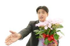 Радостный человек держа букет цветка стоковые изображения