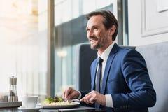 Радостный человек имея обед в кафе Стоковые Фото