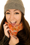 Радостный excited азиатский американский предназначенный для подростков женский модельный нося beanie Стоковая Фотография