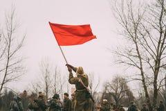 Радостный re-enactor молодой женщины девушки одетый как русский советский солдат Красной Армии Второй Мировой Войны Стоковое Изображение