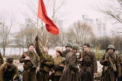 Радостный re-enactor молодой женщины девушки одетый как русский советский солдат Красной Армии Второй Мировой Войны Стоковое Изображение RF