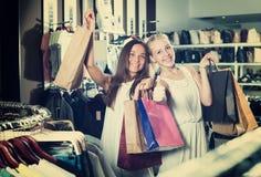 2 радостных девушки имея много хозяйственных сумок Стоковое Изображение