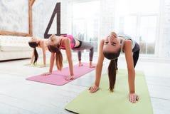 3 радостных девушки разрабатывая в спортзале Стоковая Фотография RF