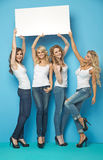 4 радостных женщины нося пустую доску Стоковые Изображения RF