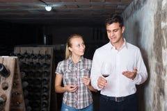 2 радостных коллеги держа стекла с вином Стоковая Фотография