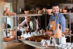 2 радостных мастера с керамическим Стоковая Фотография RF