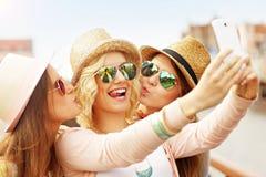 3 радостных друз принимая selfie в городе Стоковые Изображения RF