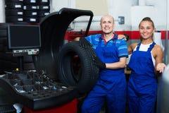 2 радостных техника работая в обслуживании автомобиля Стоковое фото RF