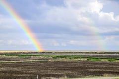 Радуга, взгляд ландшафта в поле Образование  Стоковая Фотография