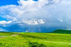Радуга в гористой местности стоковая фотография rf