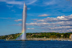 Радуга в ДВИГАТЕЛЕ D'EAU фонтана Женевы Стоковые Фотографии RF