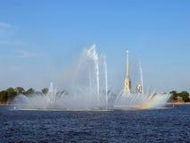 Радуга в фонтане стоковые фотографии rf