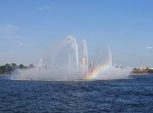 Радуга в фонтане стоковое изображение rf