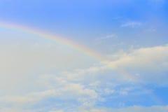 Радуга и солнце излучают над облаком и голубым небом стоковые фотографии rf