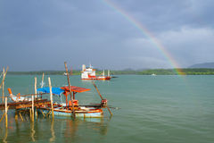 Радуга и шлюпка на реке на Koh Kho Khao Стоковая Фотография