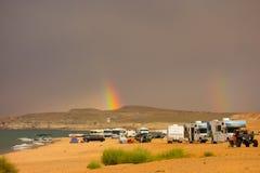 Радуга как увидено от кемпинга в пустыне Стоковое Изображение RF