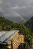 Радуга на облачном небе, Сиккиме стоковое изображение rf