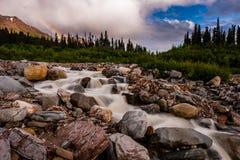 Радуга на потоке горы Стоковое фото RF