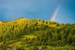 Радуга падает на гору, sunlit Стоковые Фотографии RF