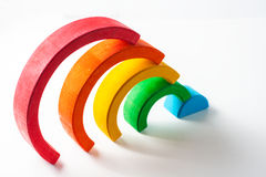 Радуга, пестротканая деревянная игрушка eco Изолировано на белизне Стоковое Изображение RF