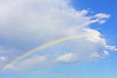 Радуга под белым облаком на лазурном небе Стоковое Изображение RF