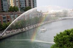 Радуга через фонтан в городском Чикаго Стоковые Изображения