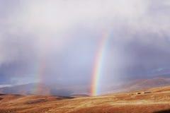 Радуги над пшеничным полем в горах - ретро Стоковая Фотография