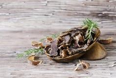 Рванутое мясо, корова, олени, одичалый зверь или biltong в деревянных шарах на деревенской таблице Стоковая Фотография