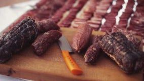 Рванутое мясо на большой деревянной плите, итальянская кухня Подготовки для обедающего свадьбы Международная кухня вечер видеоматериал