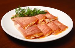 Рванутые ломтики мяса на плите Стоковое Фото