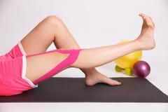 Реабилитация после травмы ноги с лентой kinesio Стоковое Фото
