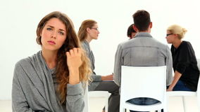 Реабилитируйте группу сидя в круге при одна исключенная женщина видеоматериал