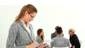 Реабилитируйте группу сидя в круге при терапевт принимая примечания видеоматериал