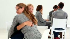 Реабилитируйте группу сидя в круге при терапевт утешая девушку отдельно сток-видео