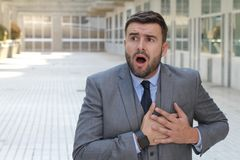Реагировать бизнесмена драматический в офисе стоковые фотографии rf