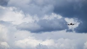 3 реактивные самолеты/воздушного судна входят в взлётно-посадочная дорожка посадки на авиапорт Стоковое Фото