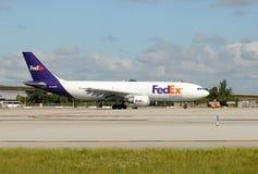 Реактивный грузовой самолет Федерал Ехпресс тяжелый уходя Стоковые Изображения