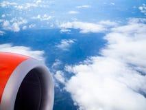 Реактивный двигатель красного самолета из окна взгляда пассажира стоковые изображения rf