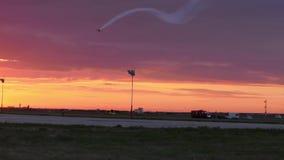 Реактивный истребитель делая демонстрации на одном авиасалоне сток-видео
