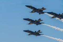Реактивный истребитель военно-морского флота голубых ангелов выполняя воздушные эффектные выступления Стоковое Изображение RF