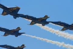 Реактивный истребитель военно-морского флота голубых ангелов выполняя воздушные эффектные выступления Стоковая Фотография