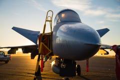 Реактивный истребитель на взлётно-посадочная дорожка Стоковое фото RF