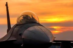 Реактивный истребитель сокола f 16 на заходе солнца Стоковые Фотографии RF