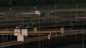 Реактивный самолет Люфтганзы ездя на такси в авиапорте Мюнхена, MUC сток-видео