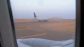 Реактивный самолет принимает от взлетно-посадочной дорожки в Египте сток-видео