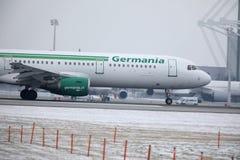 Реактивный самолет Germania в авиапорте Мюнхена, MUC, взгляде кабины Стоковые Фото